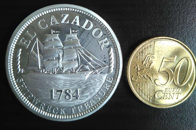 """Anverso de una medalla chapada con plata de """"El Cazador"""". Colección del autor."""