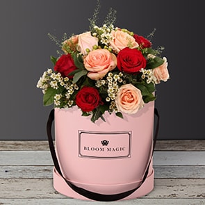 Danser au Moulin Rouge features a sweet mix of peach and red roses. This bouquet of flowers is perfect as a romantic bouquet or as a birthday gift. Set in our blush pink hatbox, this bouquet of flowers is sure to make her day!