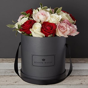 Soirée à L'opéra Flowers Delivered - This beautiful flower arrangement contains a mix of red and white roses that gives off a vibrant feel. This arrangement is perfect for any occasion, whether it is Valentines flowers, Birthday flowers, or just because.