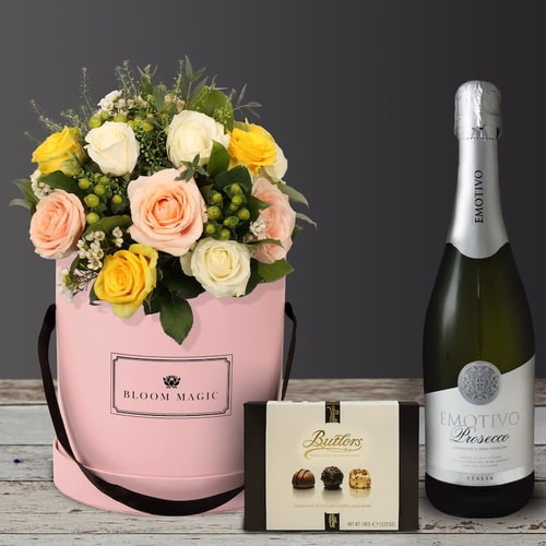 Éternelle Tour Eiffel is a beautiful bouquet of hatbox flowers featuring a colour mix of roses and fresh greenery. For the lover of luxurious roses, this hatbox is sure to please. What could be more gorgeous as a birthday gift or flowers to brighten the mood?