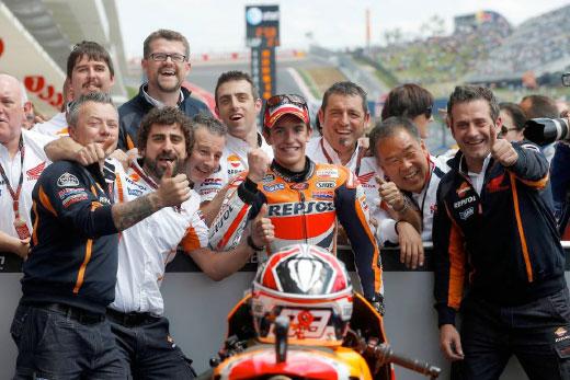 Marc Márquez celebrates victory with his team
