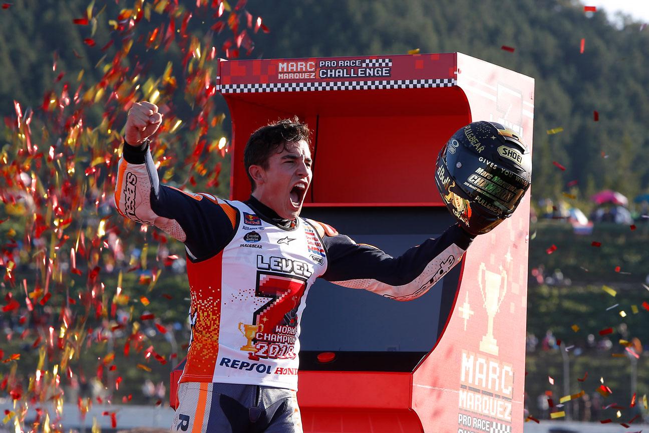 Marc Márquez con confeti y máquina recreativa.