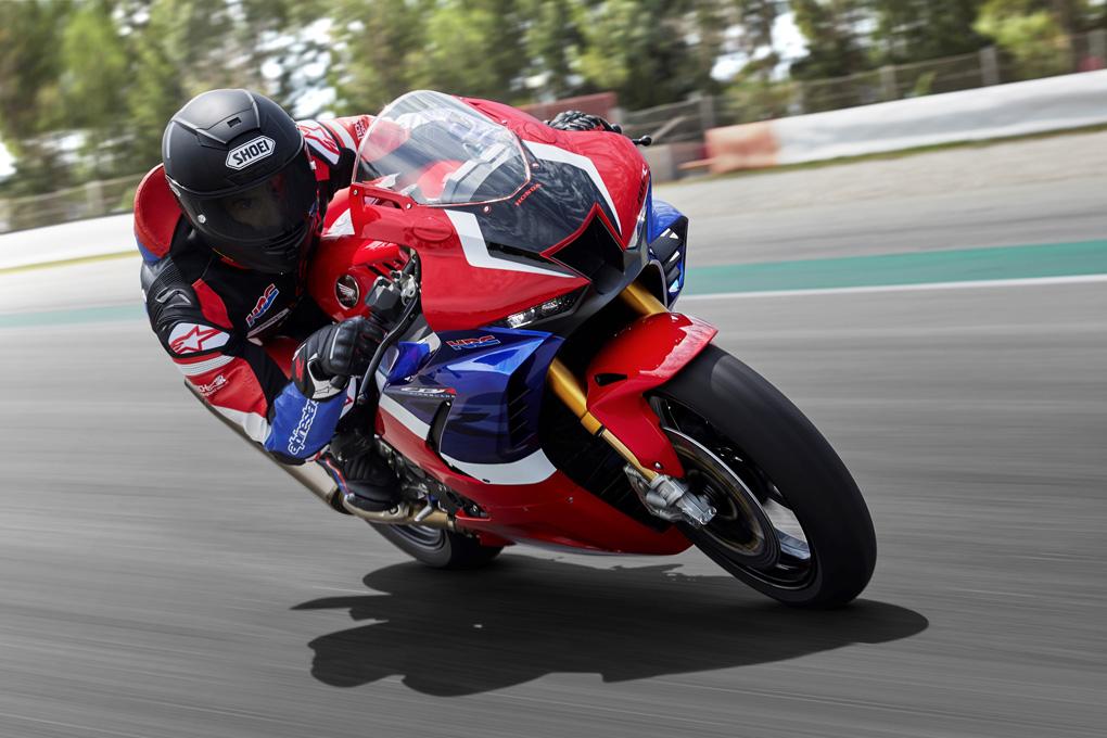 Moto Honda CBR 1000 en carretera