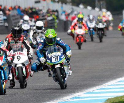 Grupo de ciclistas rodando en una carrera de Moto3 en FIM CEV Repsol