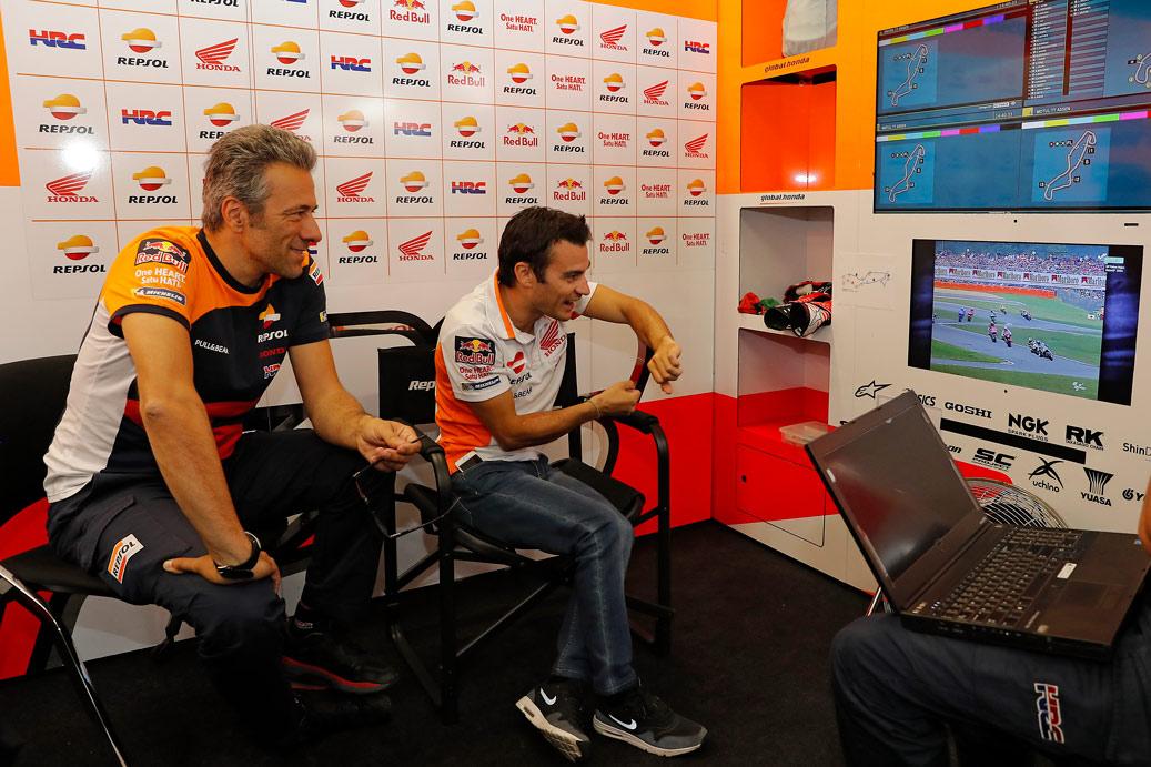 Giacomo Guidotti y Dani Pedrosa analizando la conducción en el box