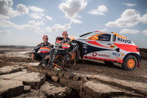 Isidre Esteve y Txema Villalobos con el coche del Repsol Rally Team
