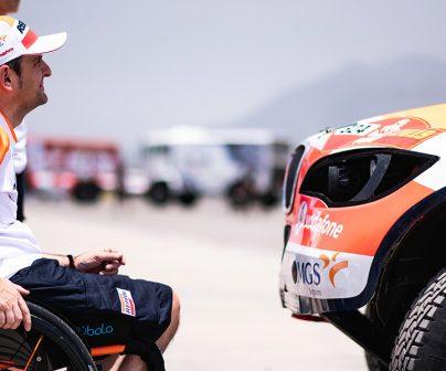 Isidre Esteve con su coche del Repsol Rally Team