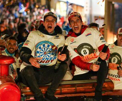 Alex y Marc Márquez celebran en Cervera con los fans