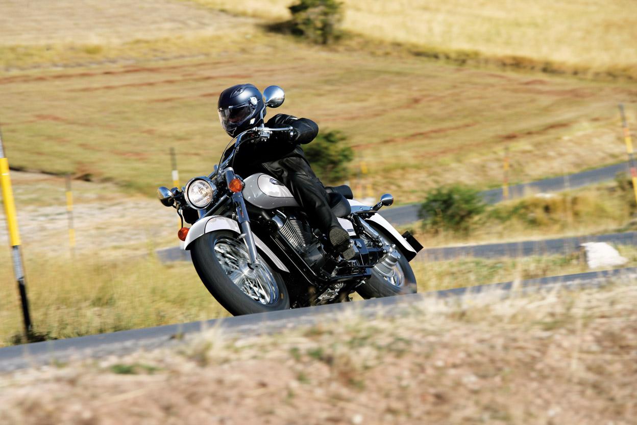 Honda shadow rodando en carretera