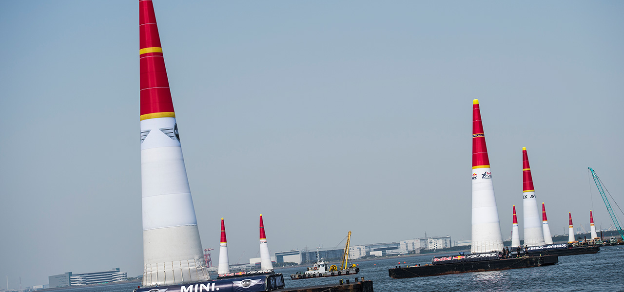 Airgators, los encargados de los pilones de la Red Bull Air Race
