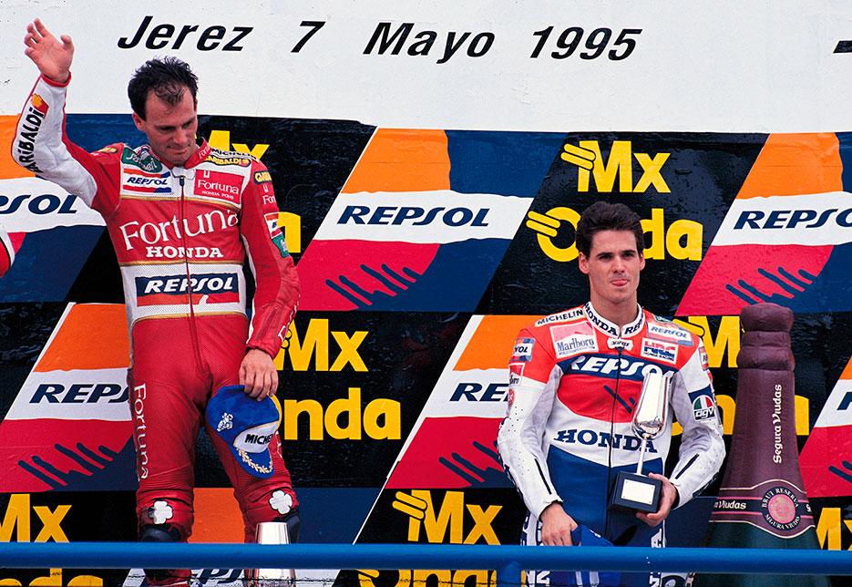 Alberto Puig coronando el podio