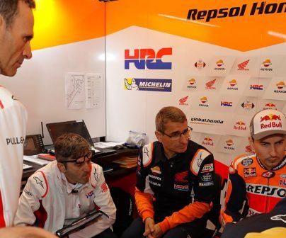 Alberto Puig con Ramón Aurín y Jorge Lorenzo