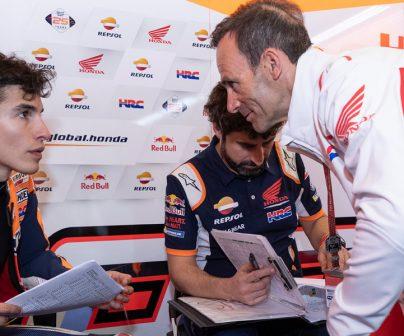 Alberto Puig revisando la estrategia con Marc Márquez