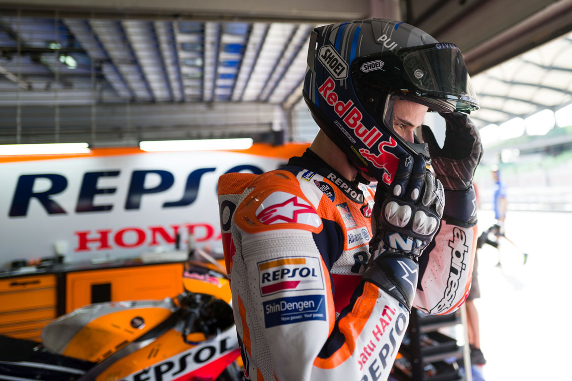 Álex Márquez colocándose el casco en el box Repsol Honda