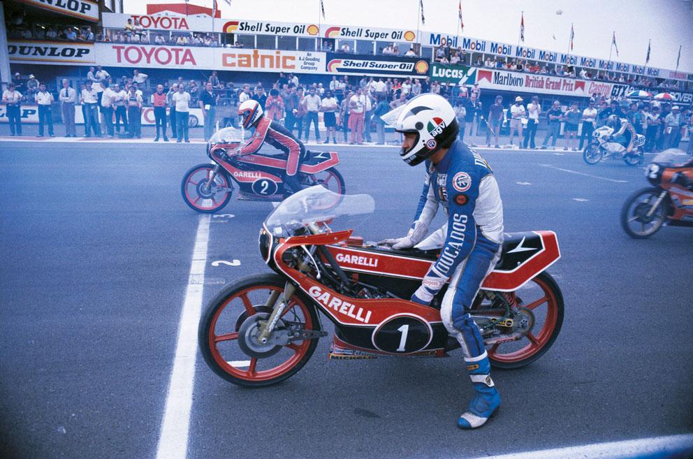 Ángel Nieto antes de arrancar su moto