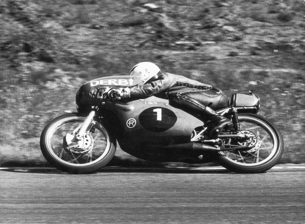 ángel nieto pilotando moto de 50cc