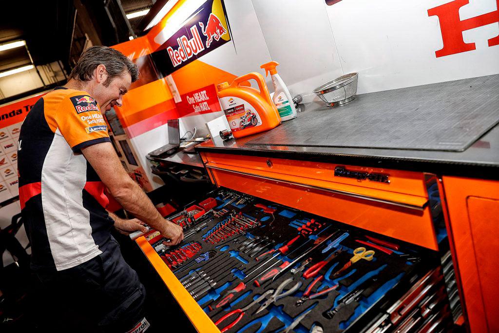Técnico en el box con el cajón de herramientas
