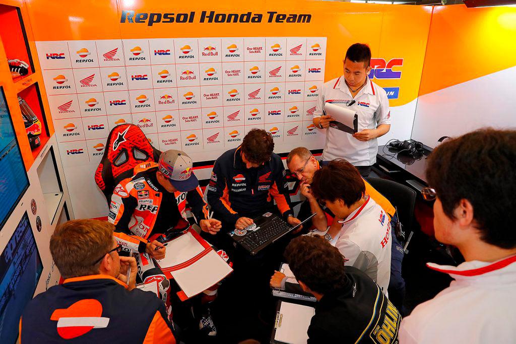 El equipo de Marc Márquez en el box tomando notas