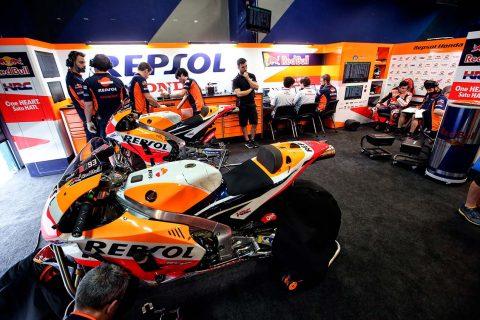 Motos Repsol Honda en el box con técnicos del equipo