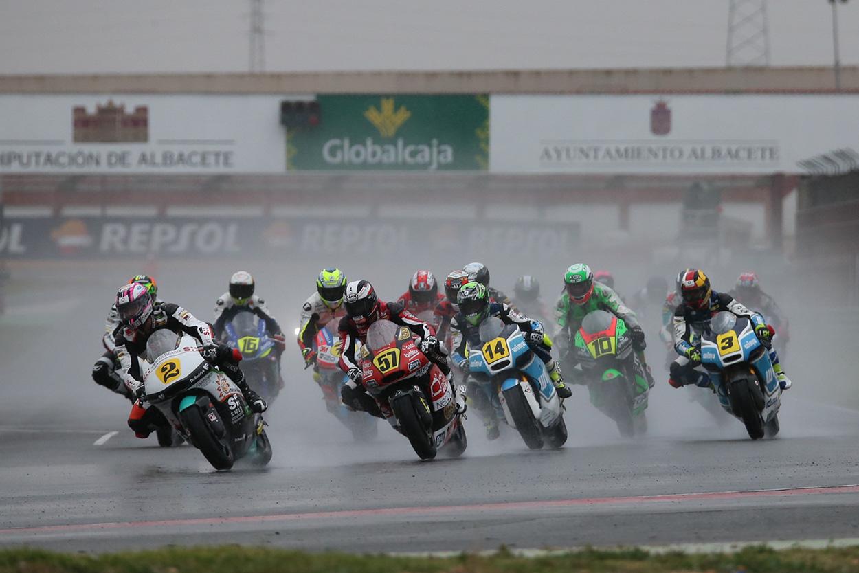 Carrera de Moto2 en lluvia intensa