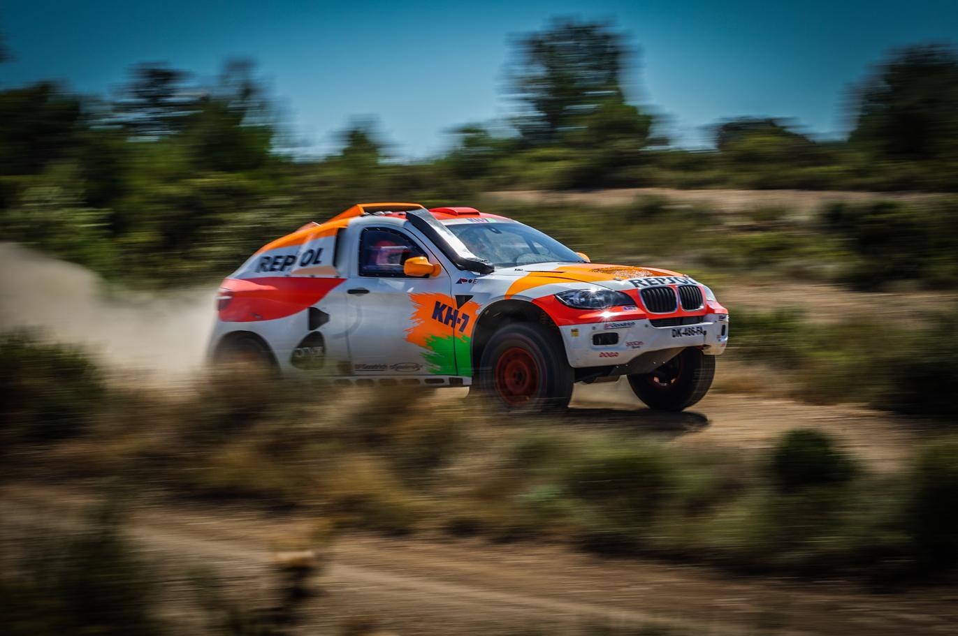 Coche del Repsol Rally team a toda velocidad