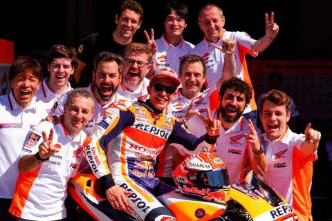 Marc Márquez con su equipo hacen el gesto de v