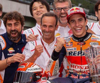 Equipo Repsol Honda, el box de Márquez celebra la victoria