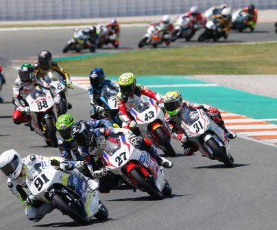 Pilotos de 125cc (moto3) en pelotón