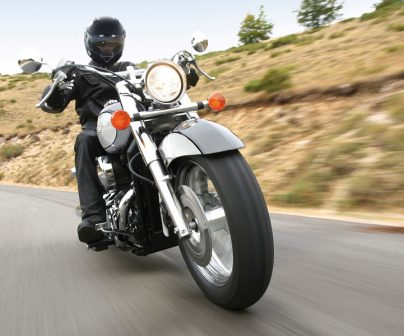 Honda Shadow rodando por carretera