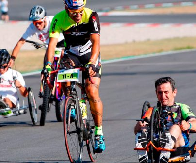Isidre esteve en una bicicleta adaptada
