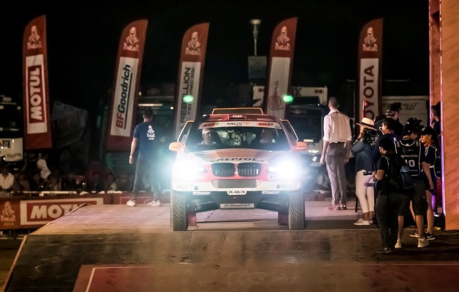 Coche del Repsol Rally Team de noche