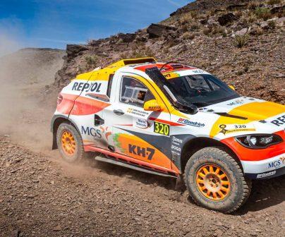 Coche del Repsol Rally Team tomando una curva en tierra