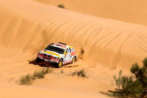 Isidre esteve recorriendo las dunas en su coche de rally