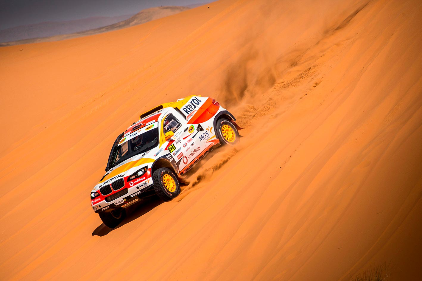 Isidre Esteve descendiendo una duna con su coche