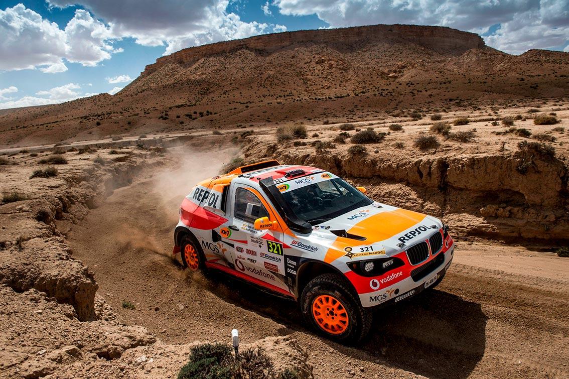 coche del Repsol Rally Team rodando en tierra