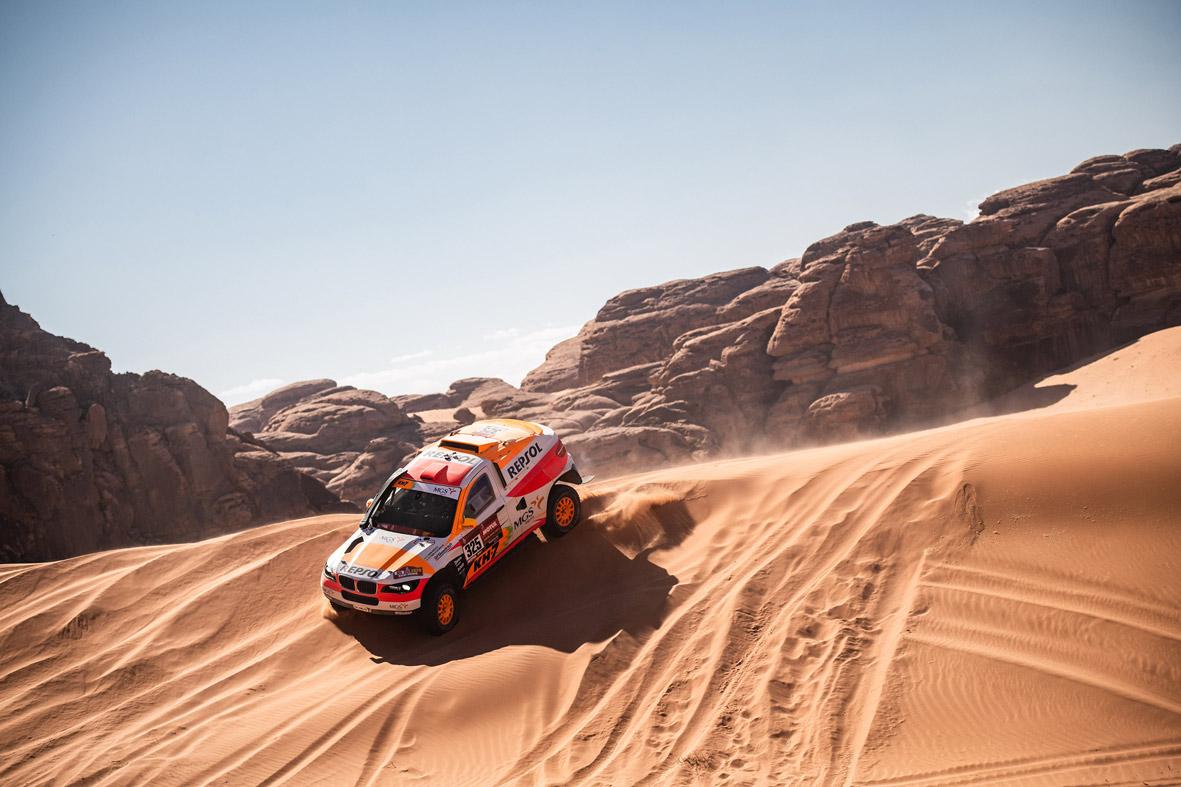 Isidre Esteve conduce su coche de rally por las dunas