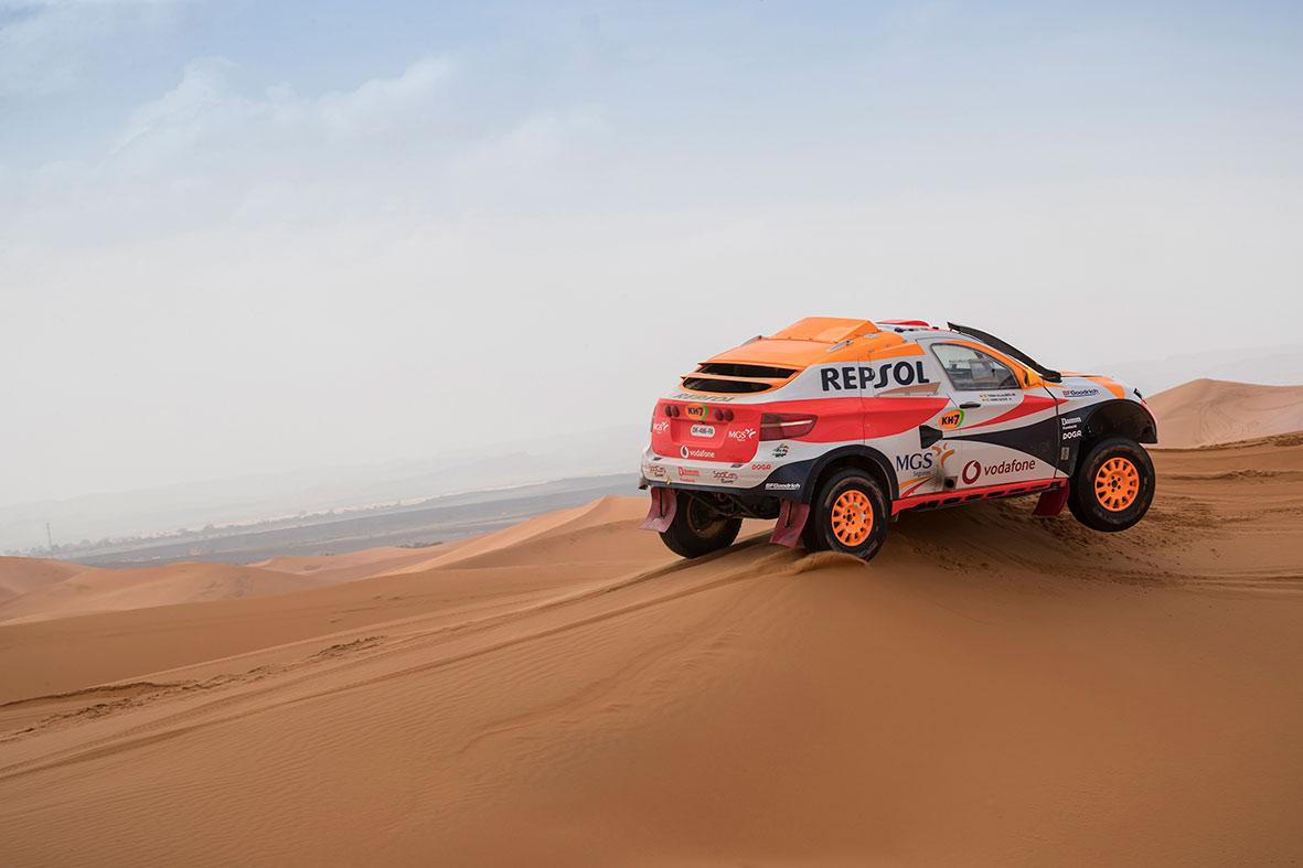 Isidre Esteve con su coche de rally sobre las dunas