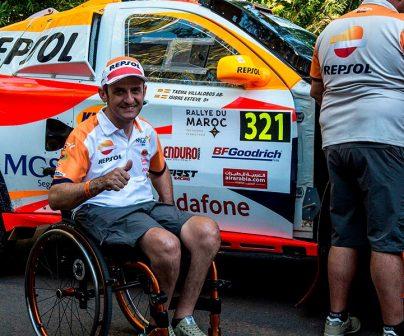 Isidre Esteve con su coche en el rally de marruecos
