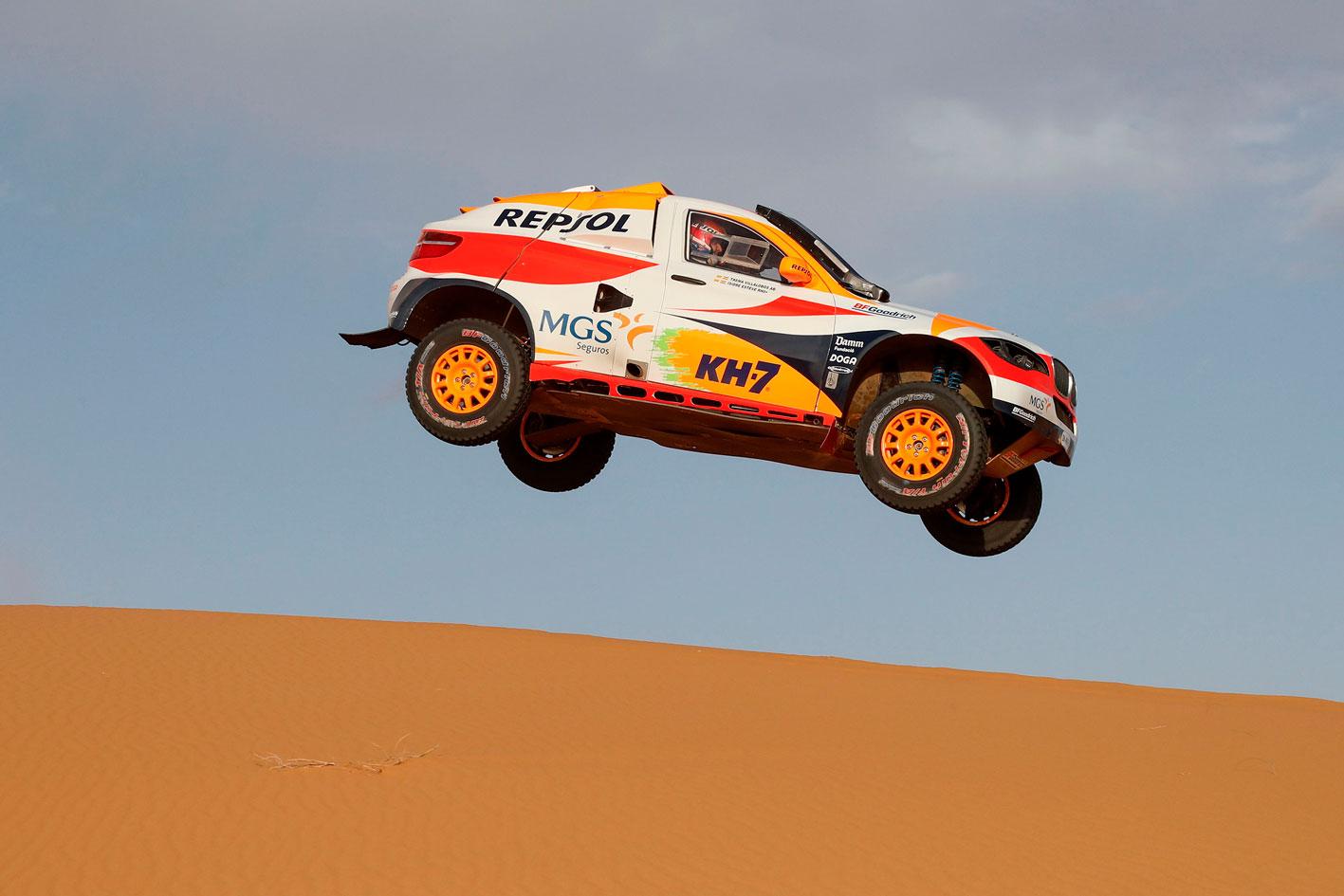 Coche de Rally saltando con colores Repsol, manejado por Isidre Esteve