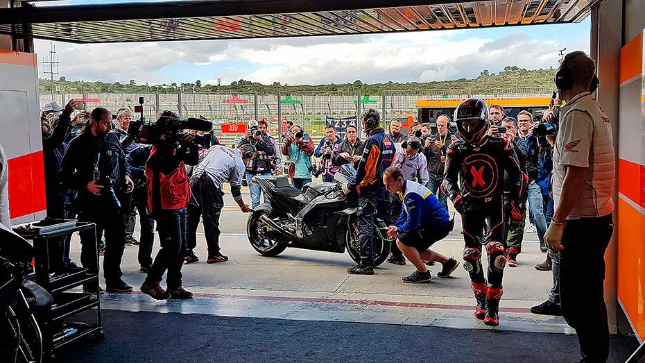 Jorge Lorenzo en el box Repsol Honda en test 2018