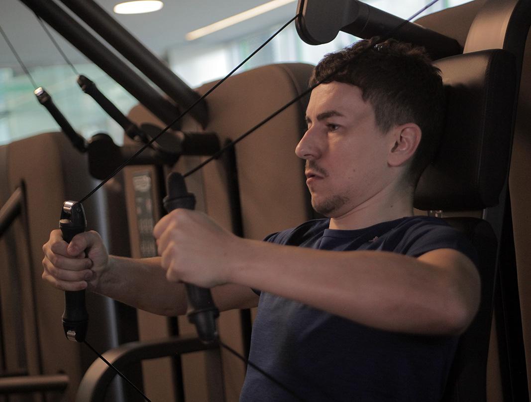 Jorge Lorenzo entrenando los brazos