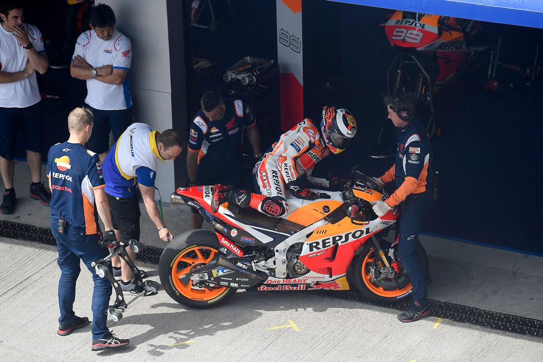 Jorge Lorenzo bajando de la moto en boxes