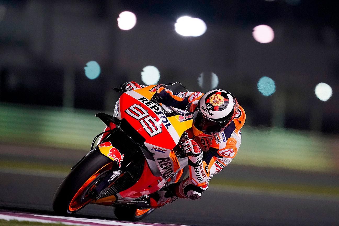 Jorge Lorenzo corre de noche sobre la Honda