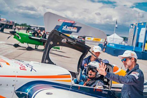 Juan Velarde en pista de despegue en la Red Bull Air Race
