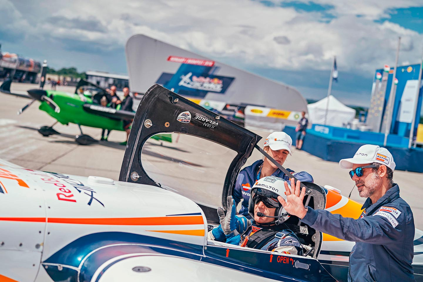 Juan Velarde en pista de despegue en la Red Bull Air Race