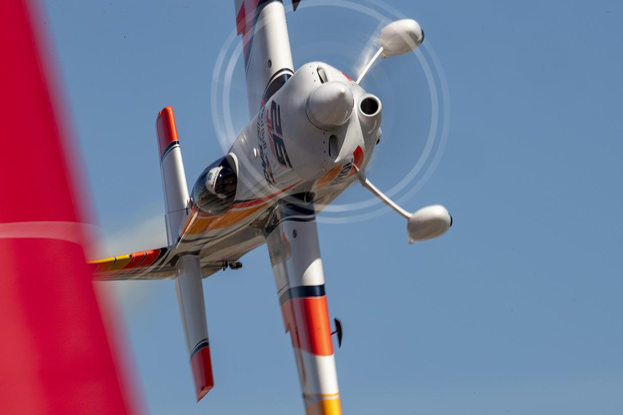 Juan Velarde volando de lado