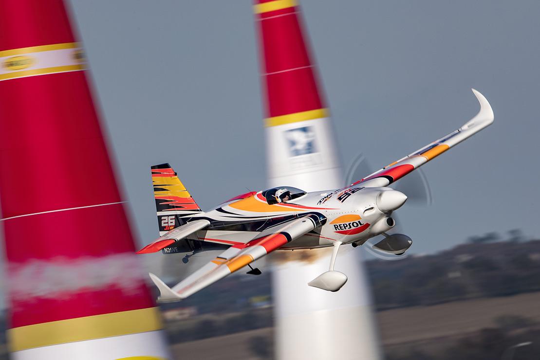 Juan Velarde pilotando