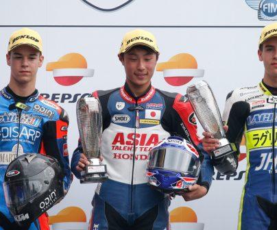 Pilotos de Moto3 en el podio del FIM CEV Repsol Le Mans