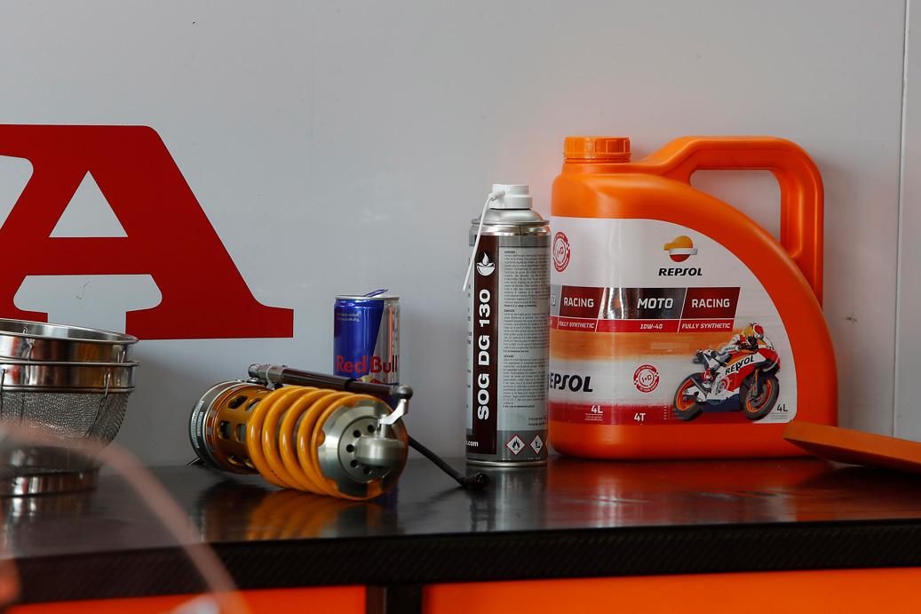 Lubricante Repsol para motos encima de la caja de herramientas del box