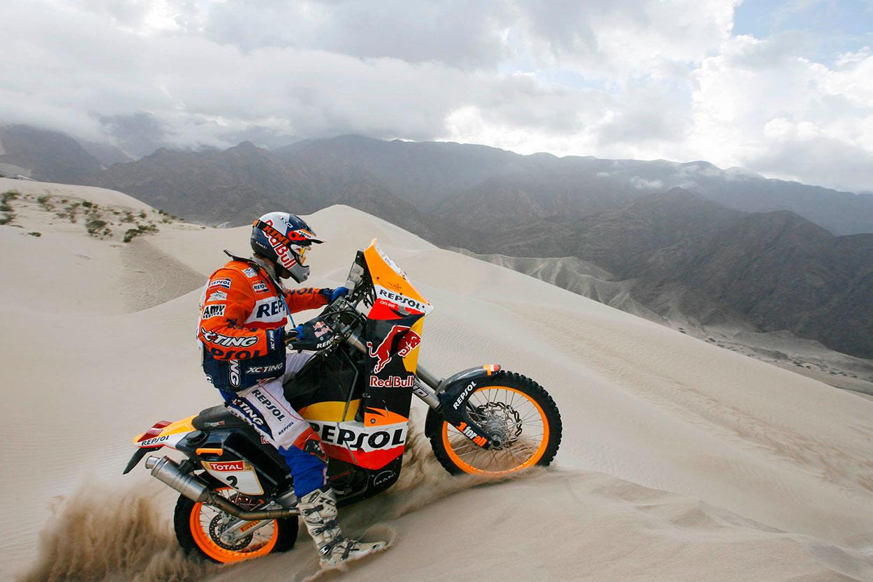 Marc Coma oteando el terreno sobre una duna